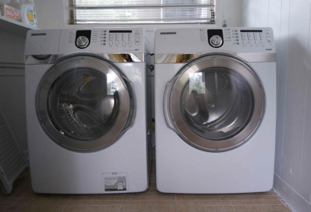 Tørt vasketøj om vinteren med en tørretumbler